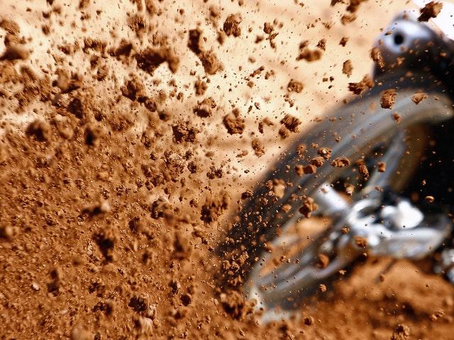 Bakdäck som sprutar lera